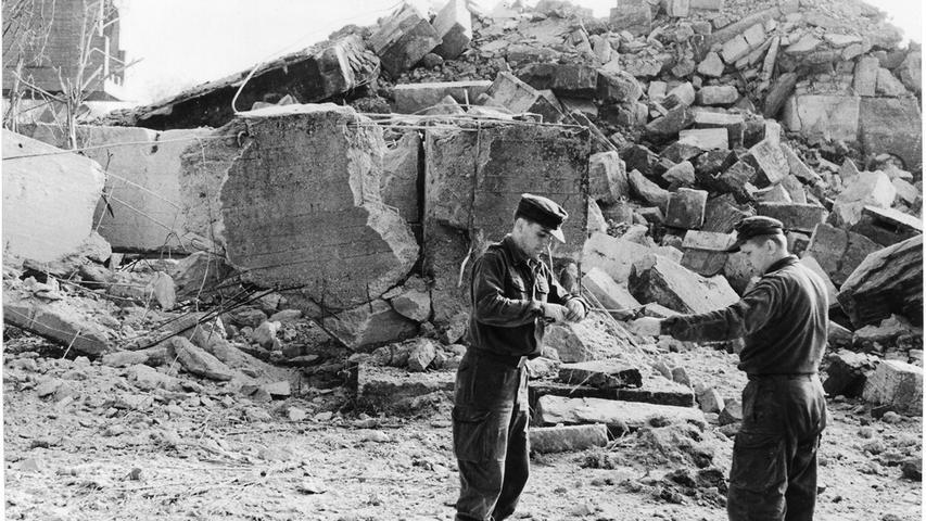 Auch vom Märzfeldturm E sind nur noch Trümmer übriggebleiben. Die Pioniere aus Ingolstadt, die in der Nacht zum Mittwoch Wache gehalten haben, jagten um 6.45 Uhr auch diesen Steinkoloß in die Luft, der zuvor als einziger von fünf Märzfeldtürmen der Sprengaktion widerstanden hatte.
