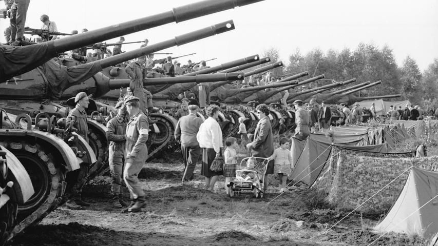 Mit Kind und Kegel spazierten die Nürnberger unter den Geschützen der Panzer einher. Auf den Türmen der Kolosse hatte sich die Jugend eingenistet, um