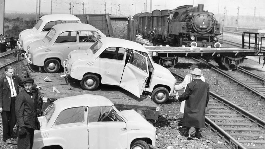 Die 1956 zur Unglücksstelle am Bahnhof Märzfeld geeilten Bahnbeamten fanden durcheinandergeworfene Eisenbahnwaggons und beschädigte Autos vor. Der Wagen im Vordergrund auf den Schienen wurde regelrecht von einem Puffer aufgespießt.