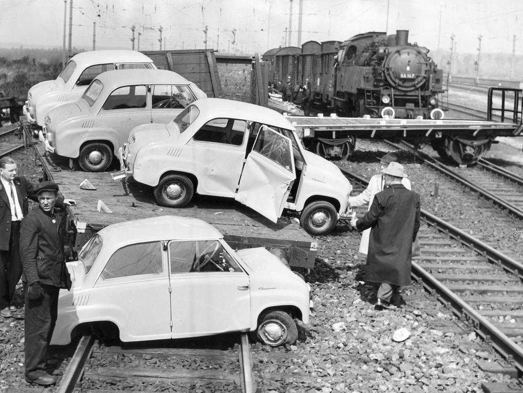 Die 1956 zur Unglücksstelle am Bahnhof Märzfeld geeilten Bahnbeamten fanden durcheinandergeworfene Eisenbahnwaggons und beschädigte Autos vor. Der Wagen im Vordergrund auf den Schienen wurde regelrecht von einem Puffer aufgespießt