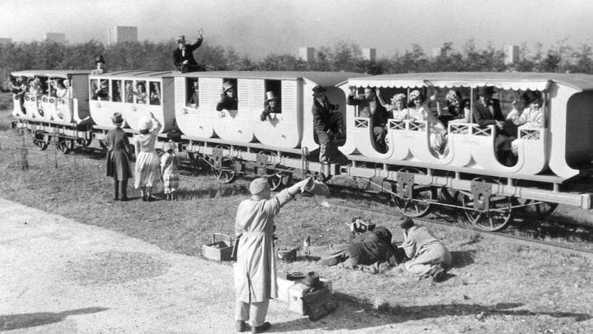 Auch der ehemalige Bahnhof Märzfeld war Schauplatz besonderer Ereignisse: Filmaufnahmen auf dem Märzfeld in den 1950er Jahren im Auftrag der Bundesbahn. Die erste Eisenbahn wird gefilmt, im Hintergrund sind die Türme sichtbar.