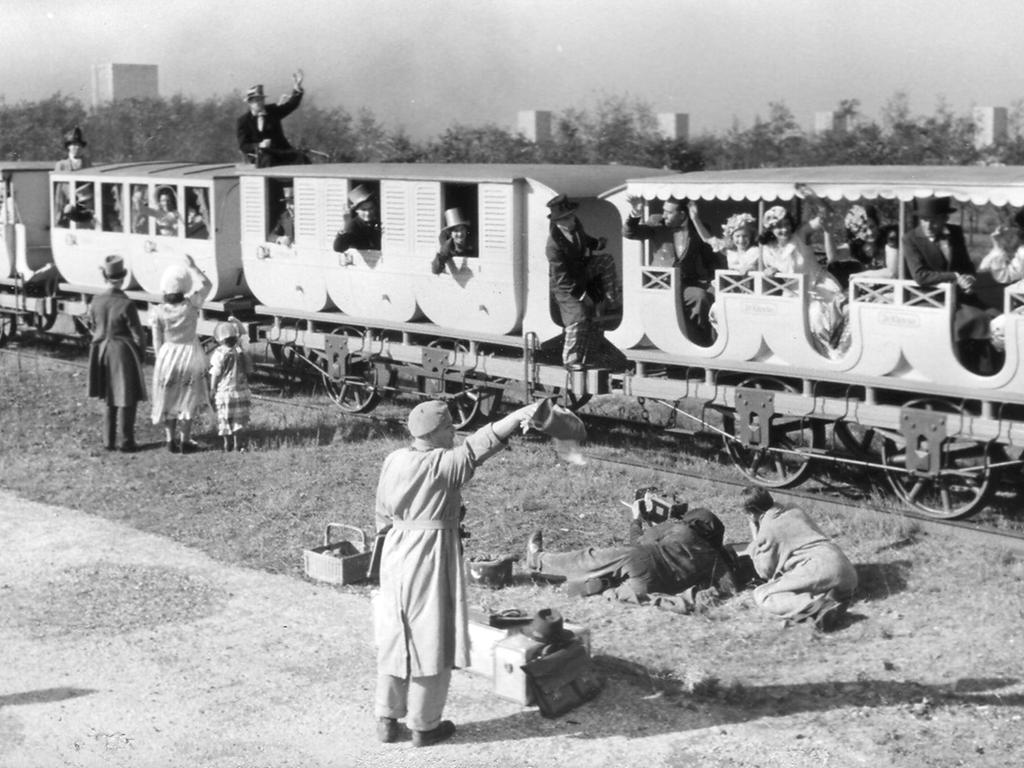Filmaufnahmen auf dem Märzfeld im Auftrag der Bundesbahn, die erste Eisenbahn wird gefilmt. Im Hintergrund sind die Märzfeld-Türme sichtbar.