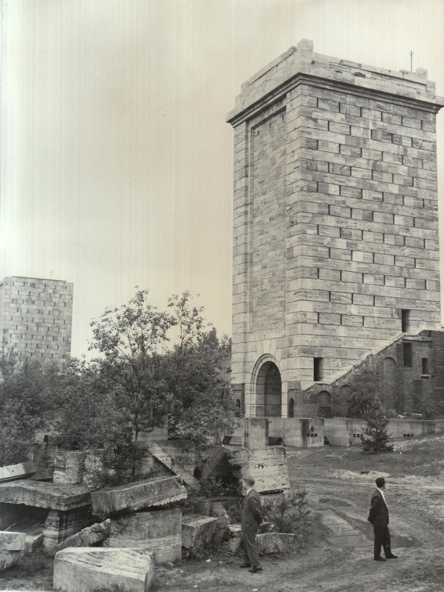 100000 Kubikmeter Beton, Klinker und Granit-Steinmasse enthalten die Nürnberger Märzfeld-Türme. 11 Türme, neun davon fertig und je 34 Meter hoch, die beseitigt werden. An Ort und Stelle sollte alles zermahlen und zu Baumaterial verarbeitet werden für den wachsenden Stadtteil Nürnberg-Langwasser.