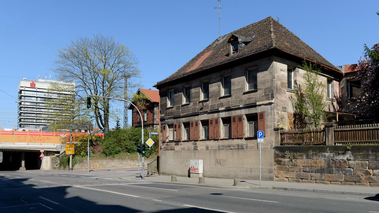 Fundort der Leiche: Das Haus Ecke Schwabacher Straße und Karolinenstraße steht schon seit Jahren leer.
