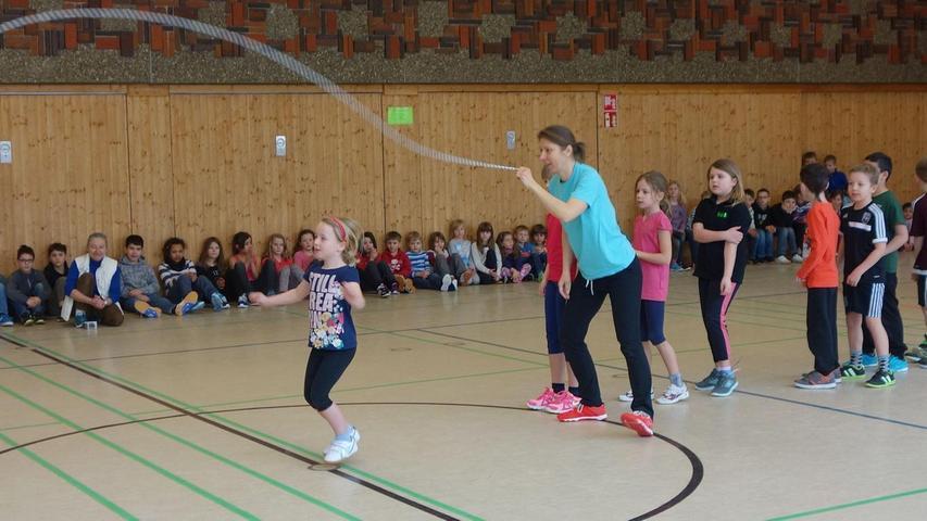 """Die dritte Klasse der Grundschule Röthenbach/st.W. hat an einem Projekt mit dem Namen """"Skipping Hearts"""" teilgenommen. Ziel ist es, die Kinder zu mehr Bewegung zu motivieren. Die Deutsche Herzstiftung hat das Präventionsprogramm initiiert. Wer schon als Kind einen gesunden Lebensstil pflege, verringere das Risiko von Herzerkrankungen im Alter. In dem Kurs, der von Kerstin Staubach geleitet wurde, wurden den Kindern die Grundtechniken des """"Rope Skippings"""", einer sehr sportlichen Form des Seilspringens, vermittelt. Im Anschluss an das schweißtreibende Trainingsprogramm fand eine Vorführung in der Turnhalle statt, zu der Eltern und die anderen Klassen erschienen."""