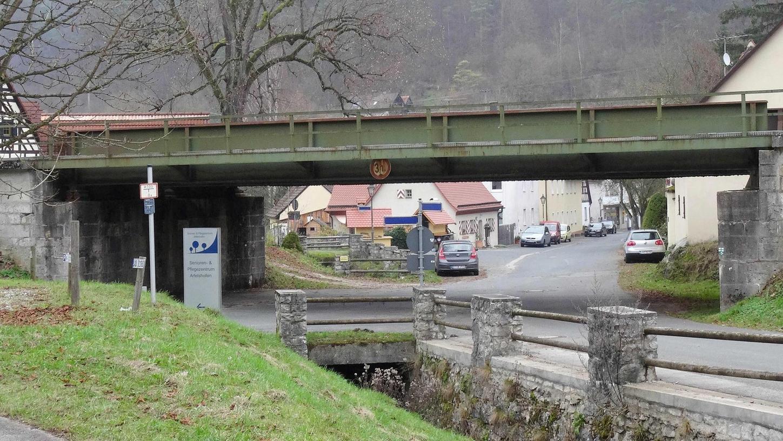 Auch die historische Eisenbahnbrücke in Unterartelshofen (Bild) will die Deutsche Bahn Netz AG durch ein neues Brückenbauwerk ersetzen.