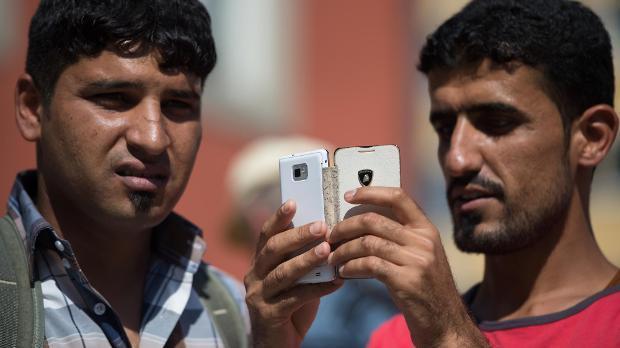 Für viele Flüchtlinge ist das Handy die einzige Verbindung in die Heimat. Umso wichtiger ist eine gute Wlan-Verbindung für sie. (Symbolbild)