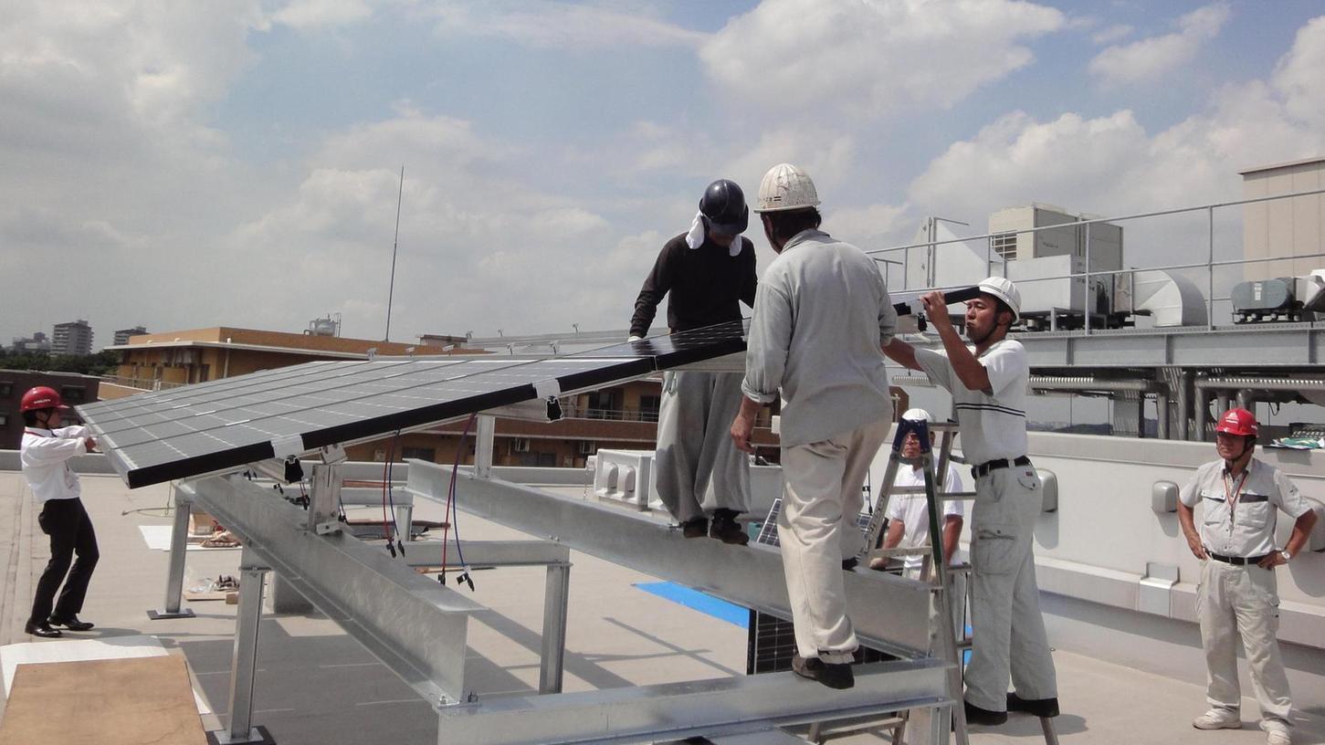 Projekt des Vereins Sonnenenergie Erlangen: Techniker montierten auf dem Dach der deutschen Schule im japanischen Yokohama kurz nach der Reaktorkatastrophe von Fukushima eine Photovoltaik-Anlage.