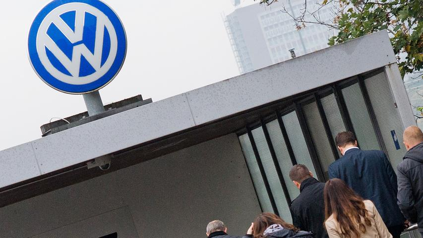 2. März 2016: In Bochum findet der wohl erste deutsche Prozess statt, in dem ein privater VW-Fahrer wegen der Abgas-Affäre vor Gericht Ansprüche geltend macht. Da der Mangel an den Autos relativ schnell behoben werden kann, muss der Konzern die Fahrzeuge jedoch nicht zurücknehmen, urteilte das Landgericht. Gleichzeitig kursieren Meldungen, dass VW hierzulande rund 3000 Verwaltungsstellen streichen will. In den Büro-Abteilungen außerhalb der Produktion wäre das unter den Mitarbeitern im Haustarif bis Ende 2017 jeder zehnte Job.