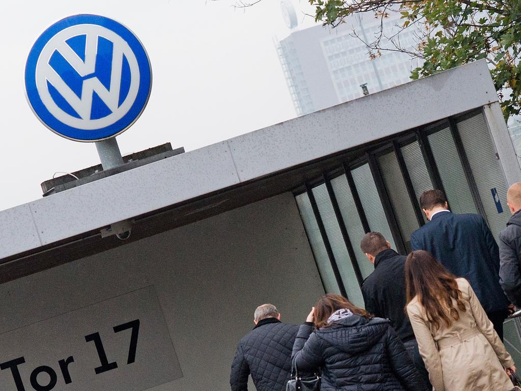 10. März: Die Abgas-Affäre zeigt langsam auch Auswirkungen auf Deutschland. Der Konzern plant offenbar, hierzulande rund 3000 Verwaltungsstellen zu streichen. In den Büro-Abteilungen außerhalb der Produktion wäre das unter den Mitarbeitern im Haustarif bis Ende 2017 jeder zehnte Job.