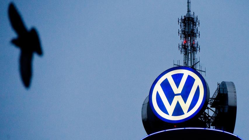 28. Oktober 2015:  Die Affäre brockt dem Konzern zum ersten Mal seit mehr als 20 Jahren rote Zahlen ein. Kurz darauf eine weitere Hiobsbotschaft für VW: Nach Angaben der Bundesregierung sollen auch 98.000 Benzinfahrzeuge betroffen sein. Einen Monat später teilen US-Behördne mit: VW-Vertreter räumten bei einem Treffen ein, dass sämtliche Diesel-Fahrzeuge der Marken VW und Audi mit 3,0-Liter-Motoren aus den Modelljahren 2009 bis 2016 mit einer verdächtigen Software ausgestattet sind.