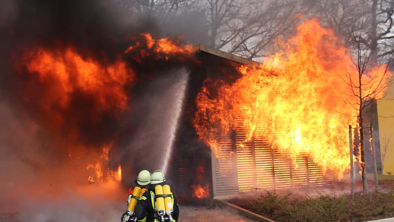 Als die Feuerwehren eintrafen, stand der Schuppen bereits lichterloh in Flammen.