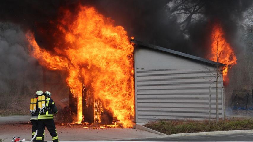 Neben Behinderteneinrichtung: Schuppen geht in Flammen auf