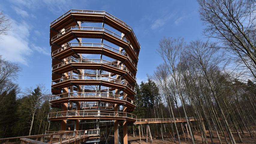 Der rund 42 Meter hohe Turm bildet den Mittelpunkt des Pfades.