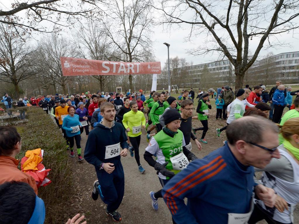 Erlangen: Große beteiligung wieder beim 16. Erlanger Winterwaldlauf, der in  verschiedenen Altersklassen durchgeführt wird. Den Startschuß zum Hauptrennen,  dem 15-km-Lauf, gab BM Elisabeth Preuss. 12.03.2016. Foto: Harald Sippel