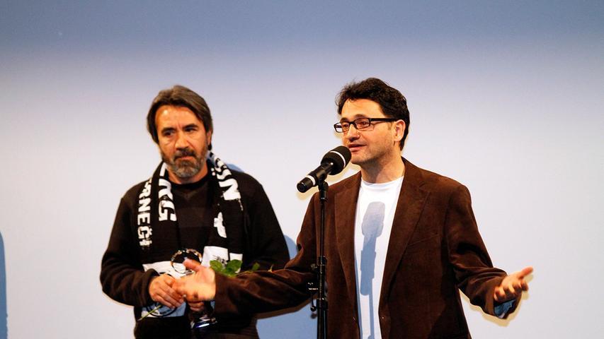Regisseur Zeki Demirkubuz (links, hier mit Jury-Mitglied Miraz Bezar) übergab den Preis für den besten Spielfilm.