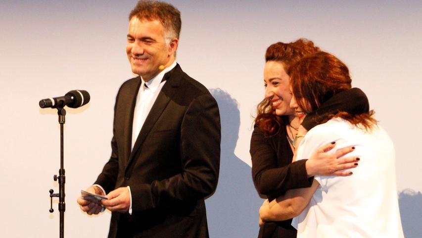 Festivalpräsident Adil Kaya freut sich mit den preisgekrönten Hauptdarstellerinnen Asiye Dinçsoy und Nazan Kesal.
