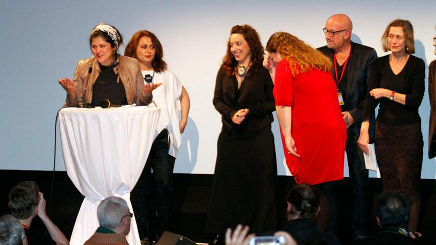 Ahu Öztürk (links) dankte bei der Preisverleihung den Frauen,