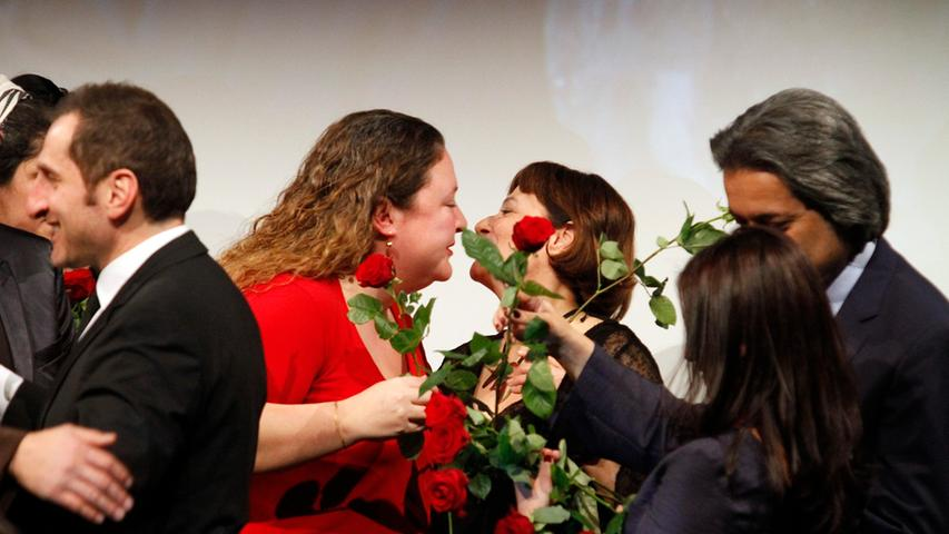 Produzentin Cigdem Mater (im roten Kleid) freut sich über die Auszeichnung und nimmt Glückwünsche entgegen.
