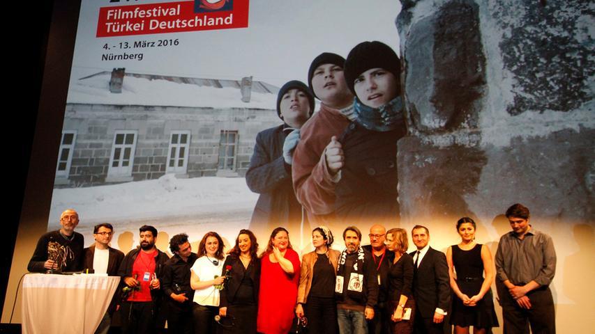 Ehre, wem Ehre gebührt: Für das obligatorische Gruppenfoto versammeln sich Jury und Preisträger nochmal auf der Bühne.