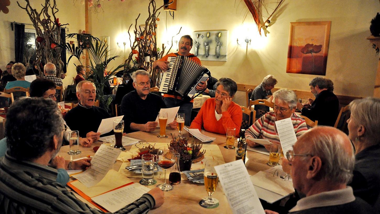 Vorsicht ist geboten, wenn auf Vereinsfeiern Volksweisen zum Besten gegeben werden. Die Gema will wissen, was gesungen wird.