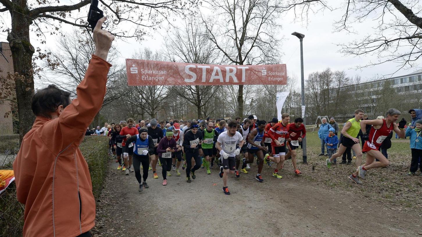 Beim Startschuss von Bürgermeisterin Elisabeth Preuß lag der spätere Sieger Mitku Soboka (Bildmitte, Startnummer 1) definitiv noch nicht vorne. Im Ziel musste er dann lange auf seine Verfolger warten.