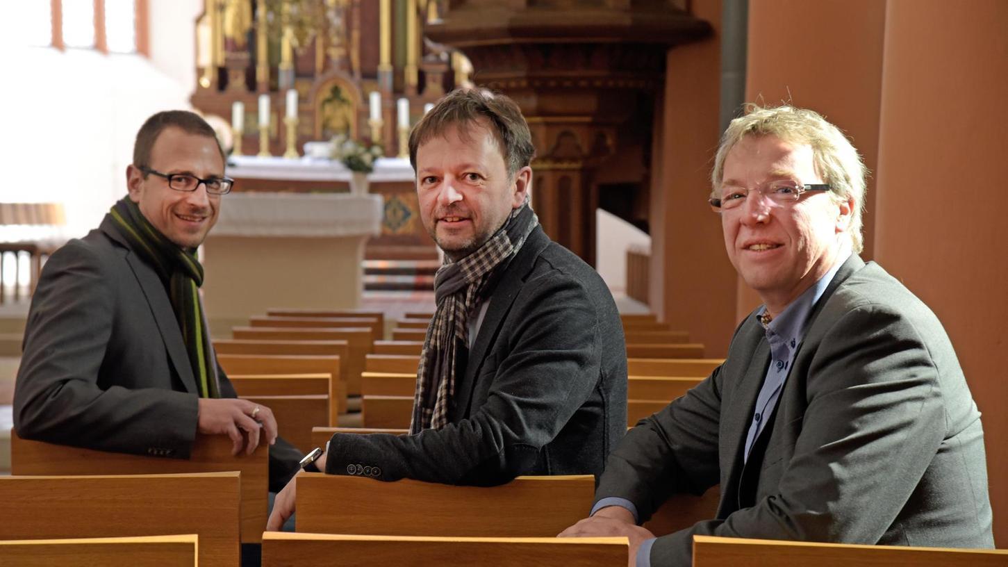 Sitzen schon mal Probe: Pfarrer Peter Söder, musikalischer Leiter Gerald Fink sowie Mitglied im Kirchenvorstand und Bürgermeister Klaus Schumann (v. l.) freuen sich schon auf spannende Aufführungen in der Klosterkirche.