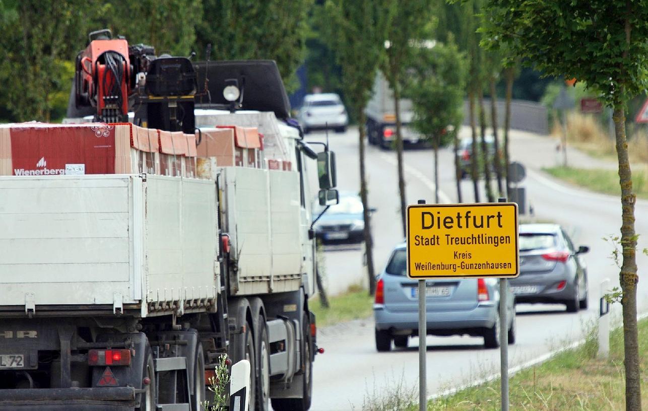 An verkehrsreichen Tagen rollen auf der B2 bis zu 20.000 Fahrzeuge durch Dietfurt. Die Umfahrung verspricht dem Dorf Entlastung.