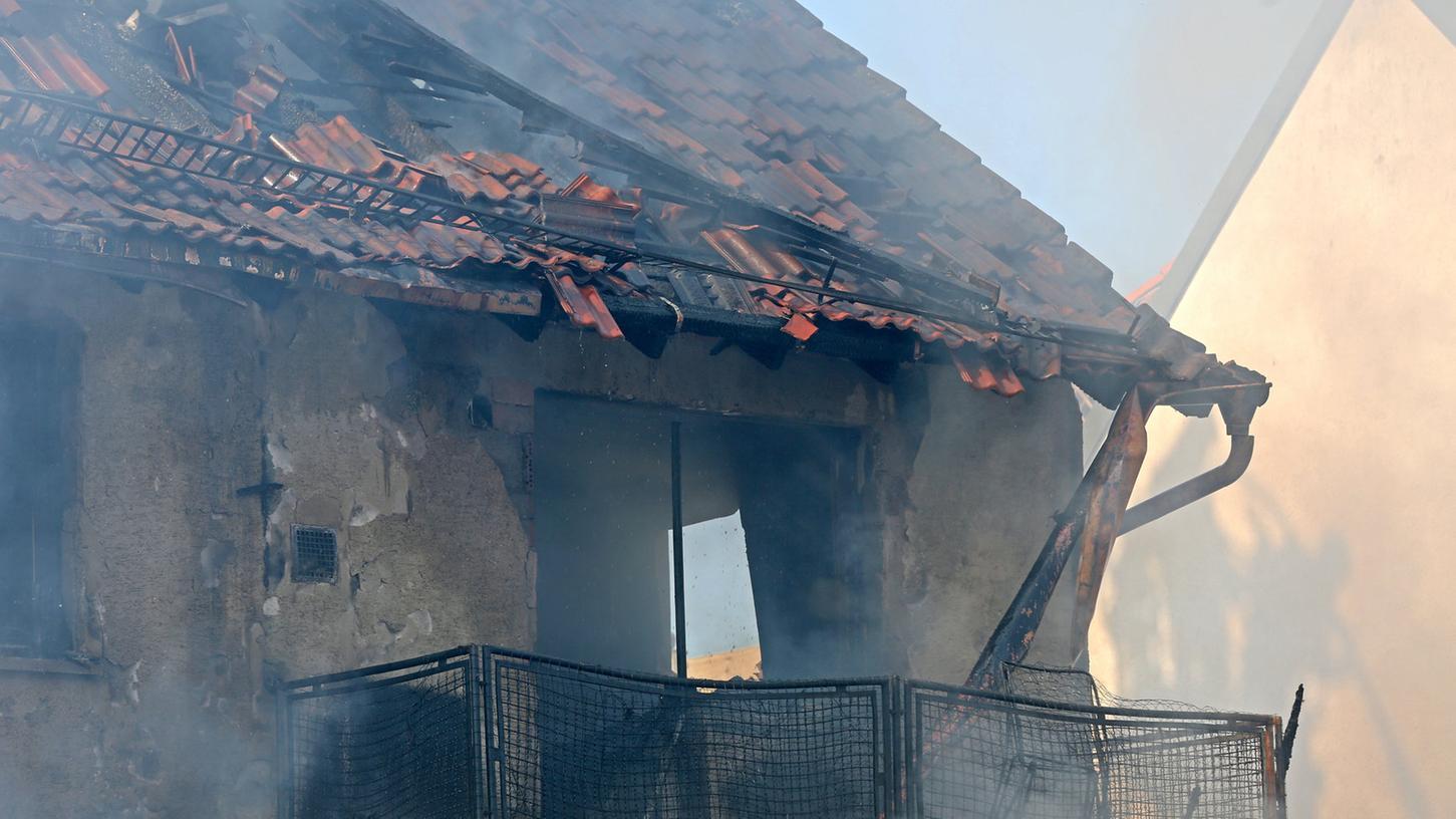 In Priesendorf zerstörten Flammen ein Wohnhaus mit angebauter Werkstatt. Der Sachschaden ist immens, das Haus unbewohnbar.