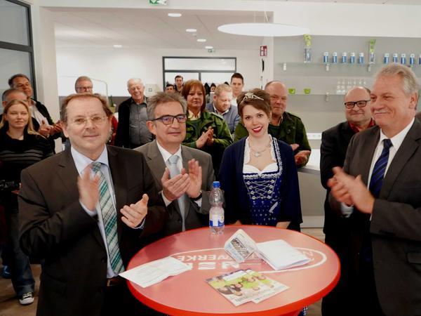 MdL und Landratsvertreter Hans Herold (l.) und Bürgermeister Klaus Meier (r.) würdigten den engagierten Einsatz für die Benefizradtouren, bei denen Karpfenkönigin Katrin Uano immer wieder Glücksfee bei den Verlosungen der Tagespreise und Berlinreisen ist.