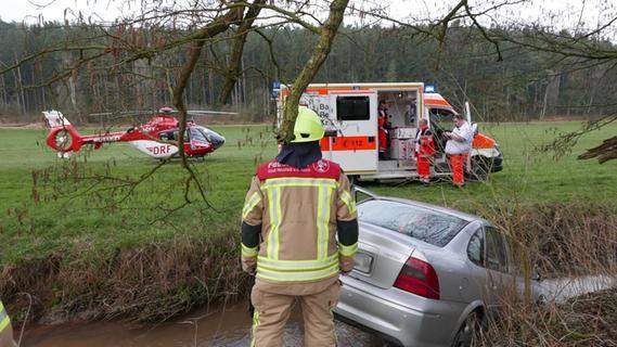 Ab in die Steinach: Opel-Fahrer verliert Kontrolle über seinen Wagen