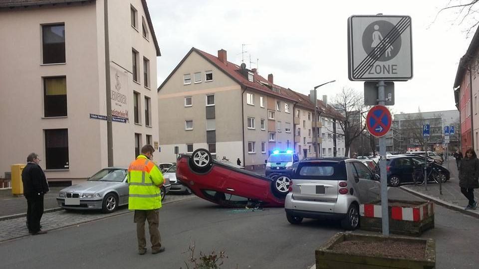 In der Wassertorstraße landete ein Auto auf dem Dach. Nach ersten Angaben verletzte sich der Fahrer leicht.