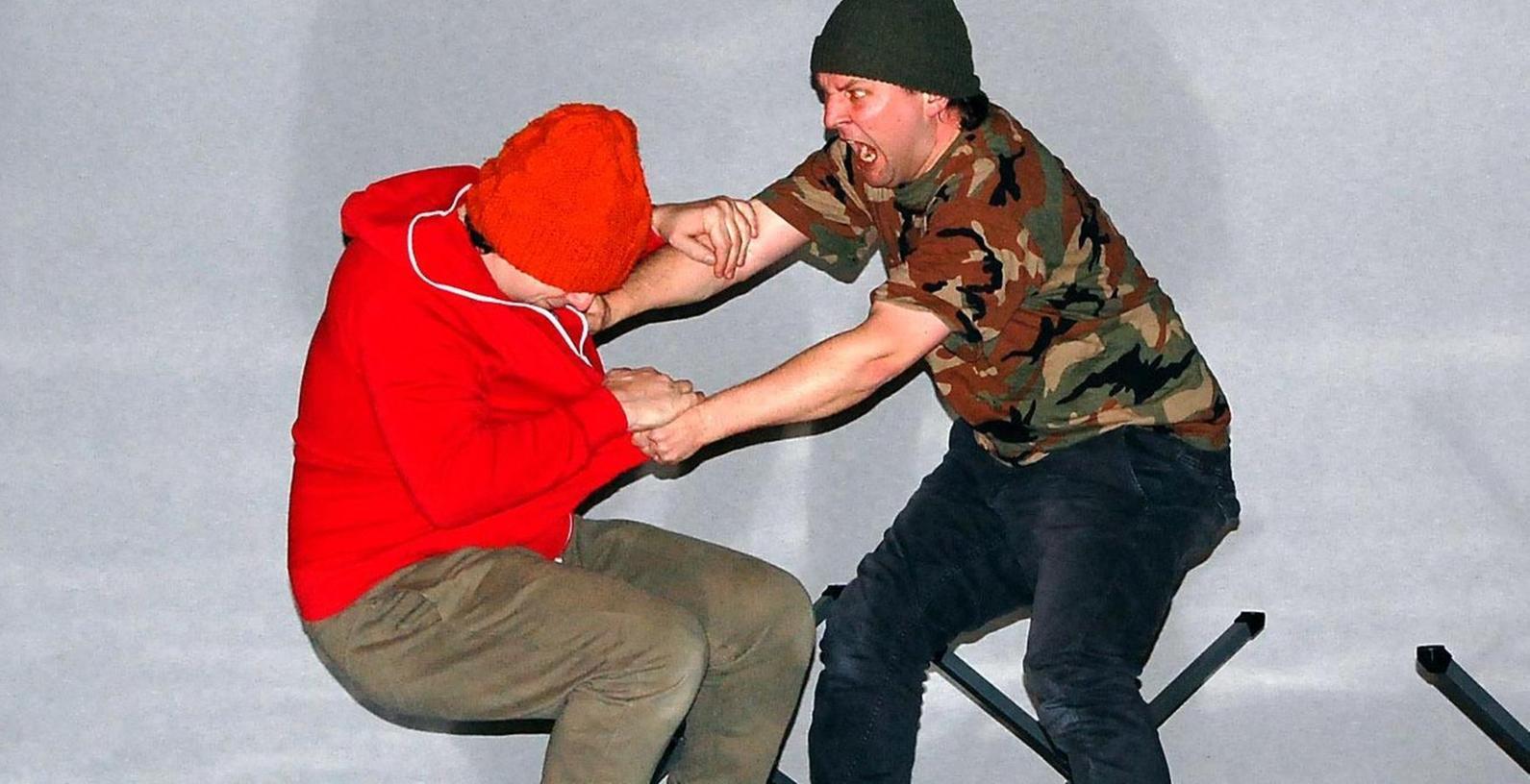 Aggressionen auf der Schulbühne in Veitsbronn: Das Nürnberger Theater Thevo zeigte Packendes, um Schülern das Thema Flucht näherzubringen.