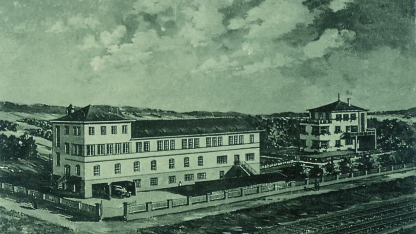 Später zog die Schuhfabrik über die Aurach und wurde erweitert: Links ist das Fabrikgebäude zu sehen, von dem heute noch der erhöhte Gebäudeteil ganz links steht. Rechts ist die Villa, in der vor dem Zerwürfnis die Familien von Rudolf und Adolf Dassler zusammen gewohnt haben.