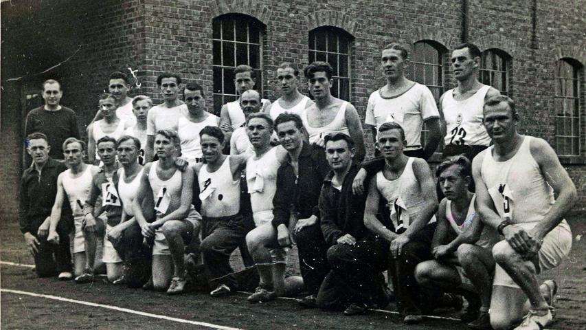 Bei den Herstellern von Sportschuhen ist naturgemäß auch Betriebssport hoch im Kurs - hier die Aufnahme einer Gruppe aus dem Jahr 1936.