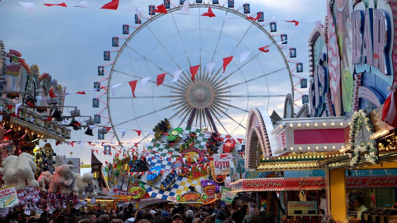 Gegen Abend zog es zahlreiche Besucher in die Budengassen und Zelte - tagsüber herrschte auf dem Festplatz aber oft ungewohnte Leere.