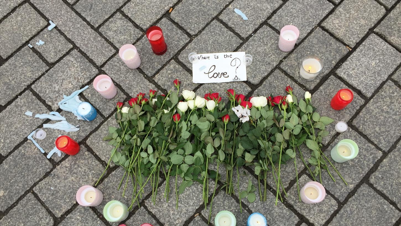 Auch in Deutschland trauerten die Menschen nach den Terroranschlägen in Brüssel - auf dem Pariser Platz in Berlin legten sie Blumen und Kerzen nieder. Hierzulande wurden seit der Jahrtausendwende elf Anschläge verhindert.