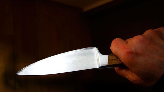 Maskiert und bewaffnet: Mann bedroht Frau mit Messer