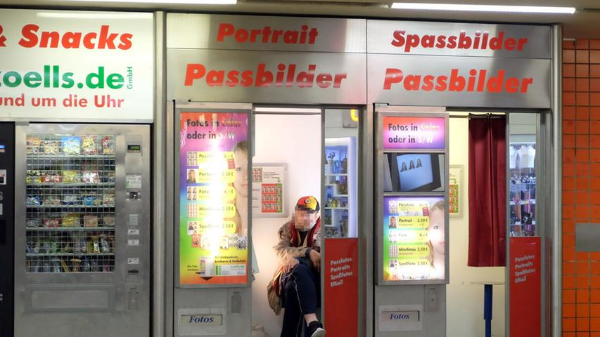 In der Königstorpassage gibt es nichts, was es nicht gibt. So finden sich direkt neben dem Snackautomaten zwei weitere Automaten, in denen man seine Snacks verzehren kann.