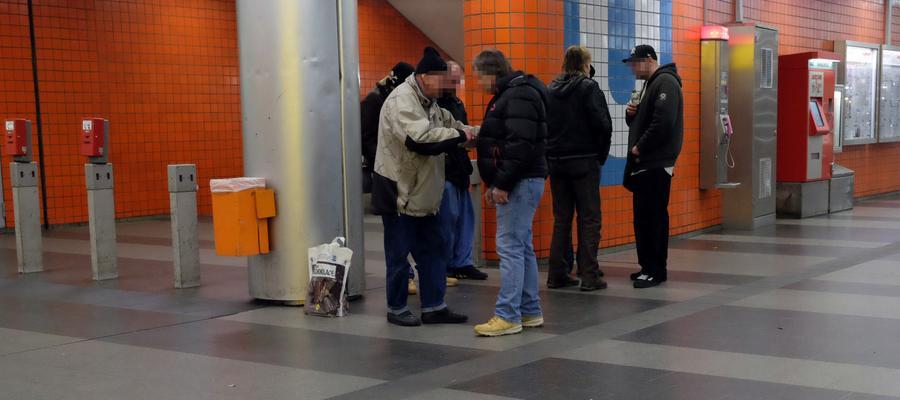 Diese Männer, die am Abgang zur U-Bahn verweilen, tauschen, ähm, Gedanken und vielleicht auch andere Dinge aus. Was, das bleibt oftmals geheim. Die Königstorpassage hat aber manchmal auch etwas Mystisches an sich.
