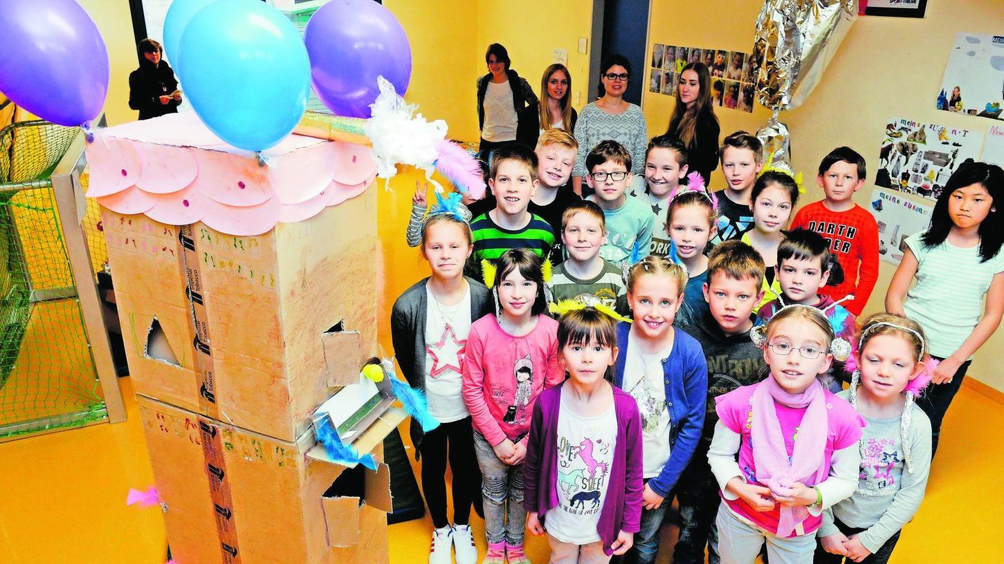 Ein Wohnturm mit allem, was dazu gehört: Stolz präsentieren die jungen Teilnehmer zum Abschluss der Ferienbetreuung ihre selbst gebauten Kreationen.