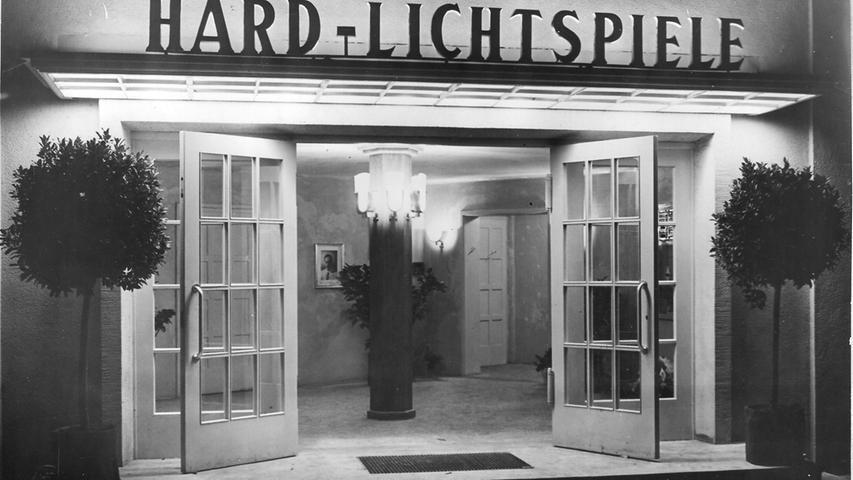 Ähnlich wie nach dem Ersten Weltkrieg ist auch nach dem Zweiten Weltkrieg der Wunsch nach Unterhaltung und Vergnügen gewaltig. Zwischen 1949 und 1953 entstehen in Fürth fünf neue Kinos - das Angebot verdoppelt sich damit. Unter den neuen Lichtspielhäusern sind die Hard-Lichtspiele in der Hardstraße 8 mit 430 Sitzplätzen und kupfernen Ornamenten an den Wänden. Besitzer Hans Hofmann zeigt im Oktober 1950 den ersten Film. Ein Jahr später gibt es mit den Weißbräu-Lichtspielen auch ein Kino in Burgfarrnbach.