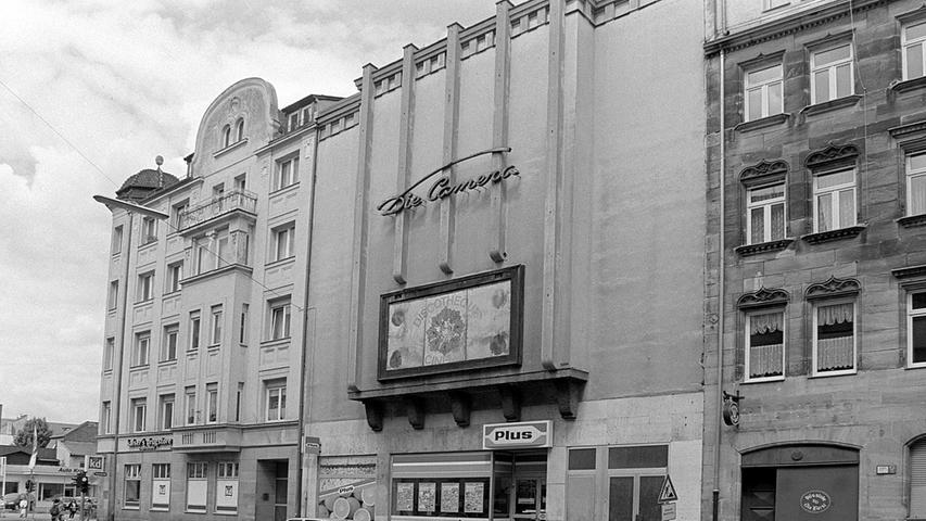 """1951 kam die extravagante """"Camera"""" in der Südstadt dazu, die sich trotz ihres imposanten Entrees und mit den Lichtsäulen an der Fassade """"Das intime Theater"""" nannte."""