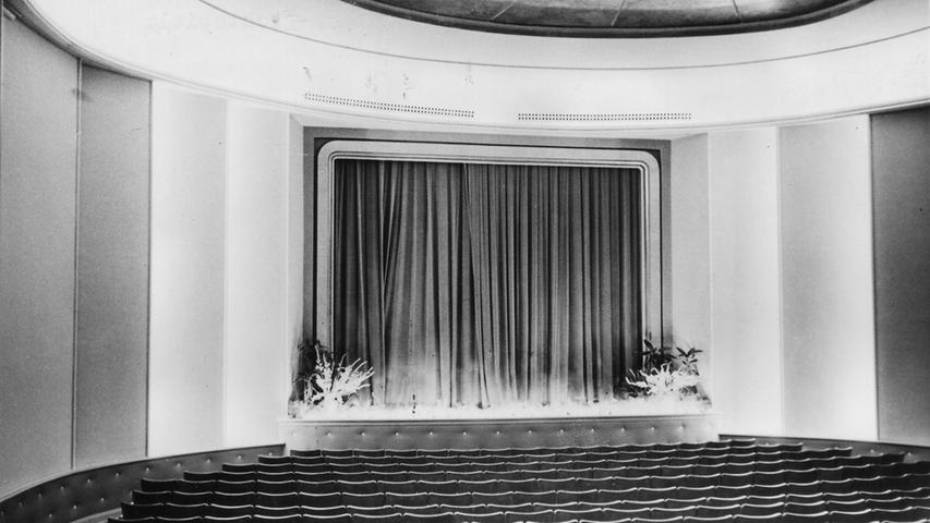 482 Zuschauer haben hier Platz. 1953 ist der Höhepunkt der Fürther Kinolust erreicht, der Fernseher macht den Lichtspielhäusern immer mehr Konkurrenz. 1960 beginnt das große Sterben der großen und kleinen Kinos. Als erstes schließt 1960 das Flohkino, das 1910 in der Schwabacher Straße eröffnet hat. In der Camera geht der Vorhang 1965 zum letzten Mal zu. Danach wird aus der Camera eine weit über die Fürther Grenzen hinaus bekannte Disco.
