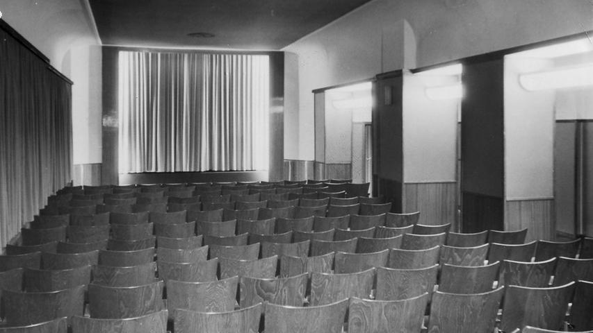 Das Bambi im ehemaligen Restaurant des Park-Hotels setzte nicht nur auf ein etwas anderes Programm als andere Häuser, es war mit 152 Plätzen kleiner als die Konkurrenz. Gezeigt wurden Wochenschauen und Kulturfilme in stündlichem Wechsel und ab 20.30 Uhr ein Hauptfilm, wie im Buch