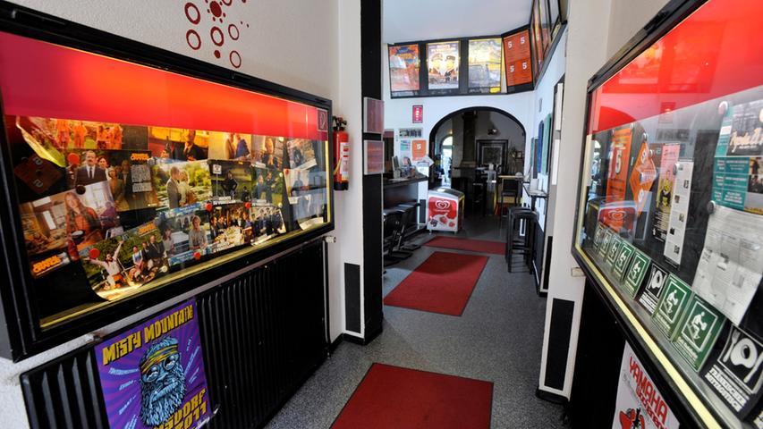 Geradeaus geht es zur Kinokasse, links kann man in die zum Kino gehörende Kneipe abbiegen.