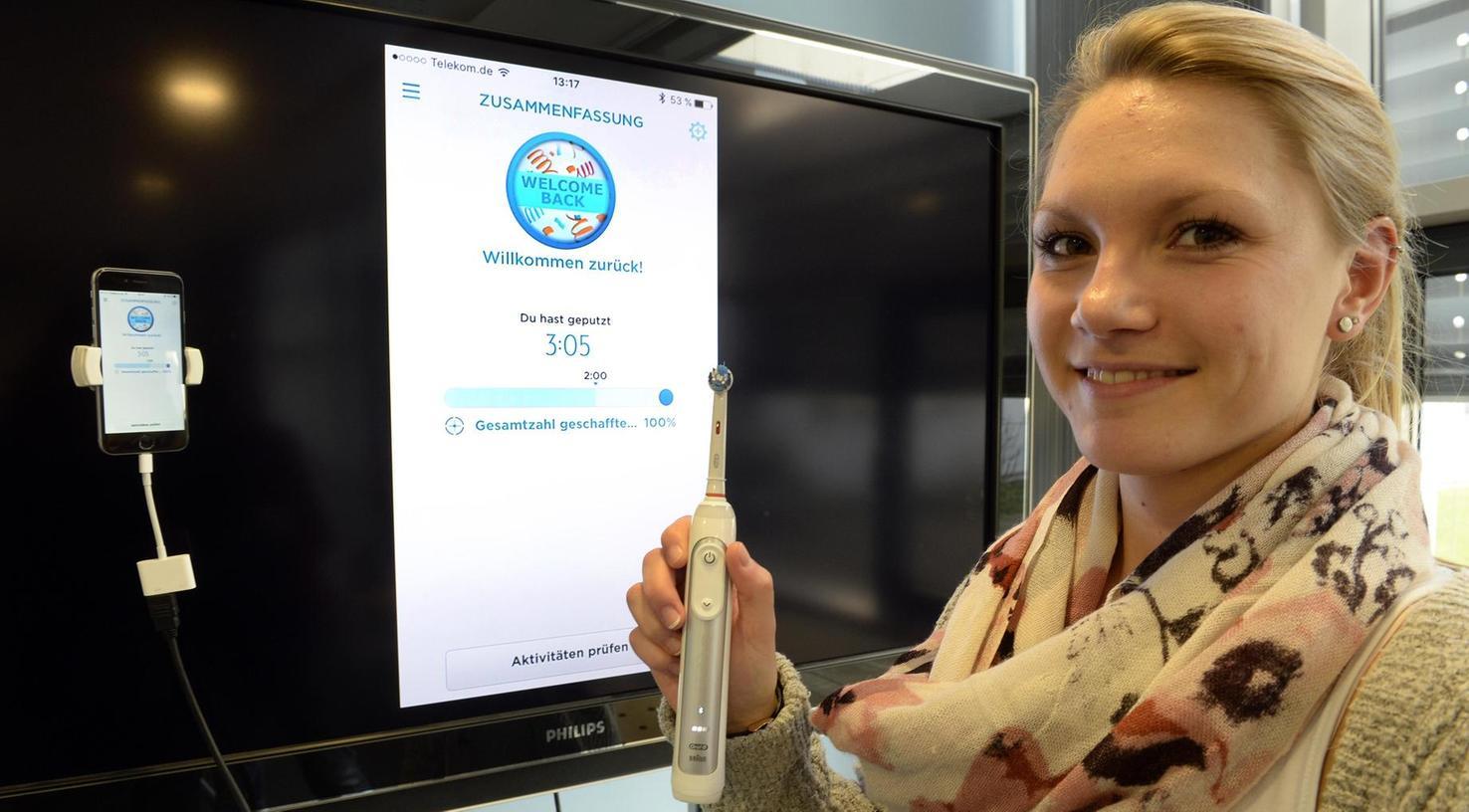 Zähneputzen auf höchstem technischen Niveau: Die Mitarbeiterin des Fraunhofer-Instituts für Integrierte Schaltungen, Simone Strecker, zeigt, wie eine intelligente Bürste funktioniert.