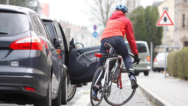 Gefährlich ist der Radweg rechts neben parkenden Autos in der Leyher Straße an der Kreuzung Waldstraße. Eine unvorsichtig geöffnete Beifahrertür beschwört – wie auf diesem gestellten Bild – den Sturz am Bordstein herauf.