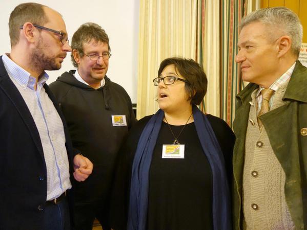 Mit Markus Ganserer (li.) und Horst Arnold (re.) waren zwei Landtagsabgeordnete in Cadolzburg zu Gast. Sie suchten das Gespräch mit Dieter Flohr und Andrea Holzammer von der BI.