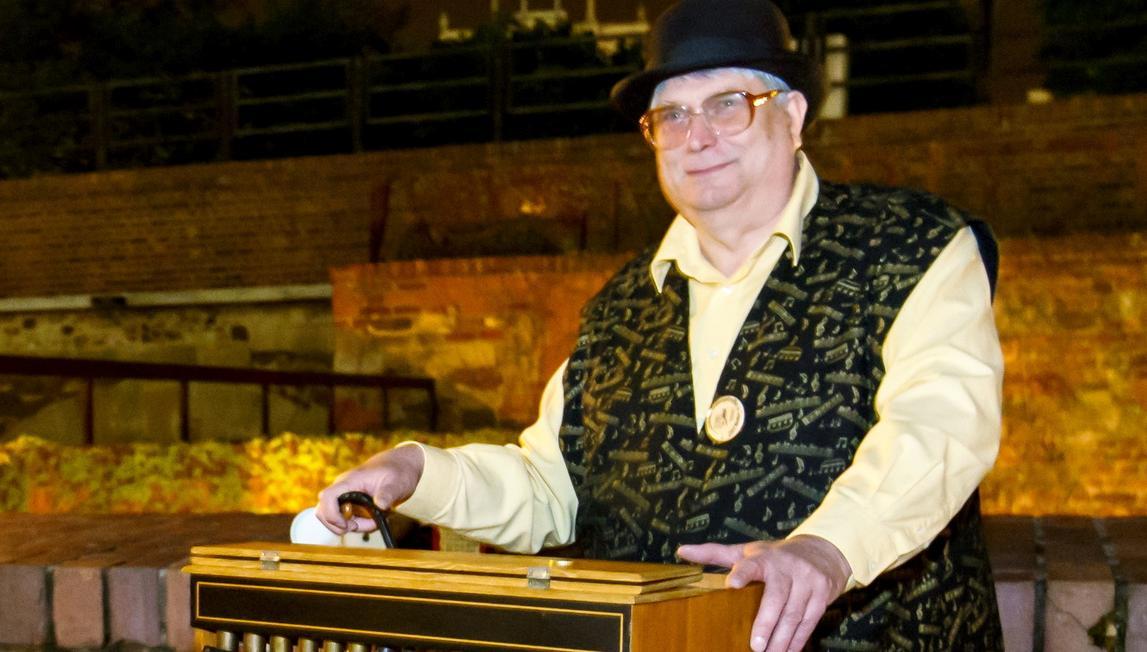 Joachim Petschat spielt in Leipzig seine  Drehorgel. Für die Drehorgelspieler sind dank der Technik neue Zeiten angebrochen: Die Leierkästen lassen sich mit Mikrochips aufmotzen, auf die  eintausend Lieder passen.